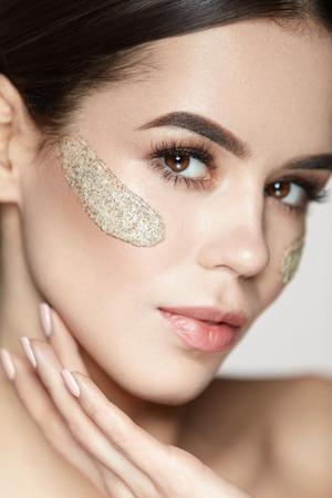 여자 스킨 케어 얼굴. 아름다움 제품, 신선한 부드러운 피부에 화장품 필 링 마스크와 얼굴을 감동하는 아름 다운 건강 한 소녀의 초상화. 얼굴 피부에  스톡 콘텐츠