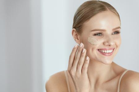 스킨 스크럽. 아름 다운 미소를 적용하는 여성 화장품 마스크, 얼굴 피부에 얼굴을 스크럽의 초상화. 높은 해상도 스톡 콘텐츠 - 84130143
