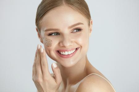 스킨 스크럽. 아름 다운 미소를 적용하는 여성 화장품 마스크, 얼굴 피부에 얼굴을 스크럽의 초상화. 높은 해상도