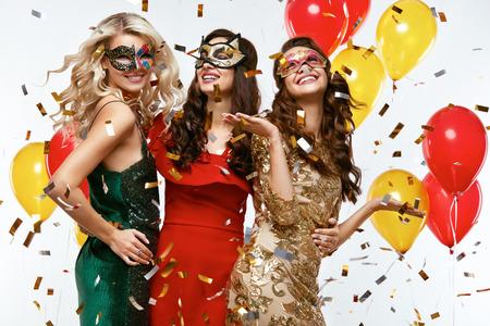 休日。新しい年を祝うマスクで美しい女性。幸せな女の子のお祭りカーニバル マスクでスタイリッシュなカラフルなの肖像画のドレス パーティーで 写真素材