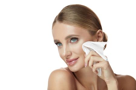 Tratamiento facial. Retrato de la mujer joven sonriente atractiva que quita maquillaje usando los trapos mojados. Closeup hermosa chica feliz con maquillaje natural limpieza suave piel sana. Cosméticos de belleza. Alta resolución Foto de archivo - 91046403