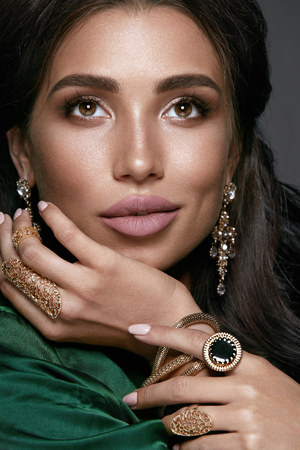 Jewelry For Women. Fashion Woman With Gold Jewellery. Portrait Of Beautiful Young Female In Silk Clothes With Jewellery Of Precious Metal And Stones. Luxury Accessories. High Resolution. Imagens