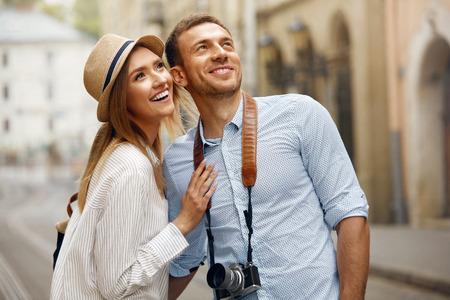 Voyage. Couple marchant dans les rues en vacances le week-end, en regardant et en appréciant l'architecture. Heureux jeune homme et belle femme souriante voyageant et attirant des attractions de la ville. Image de haute qualité. Banque d'images