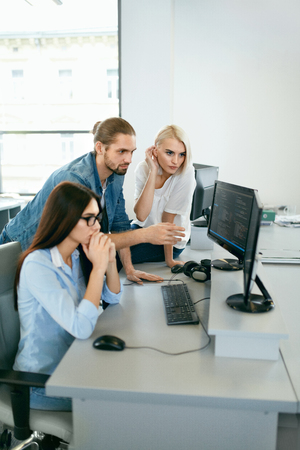 IT office. People Working At Open Workplace. Group Of Programmers Working Together On Project, Programming On Computer In Modern Light Office. Work In IT Company. High Resolution 스톡 콘텐츠