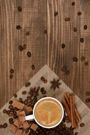 커피 음료. 나무 테이블에 커피 한잔입니다. 평면 누워 나무 배경에 접시와 커피 콩에 흰색 낯 짝에 뜨거운 음료의 닫습니다. 평면도. 고품질 이미지. 스톡 콘텐츠 - 97195043