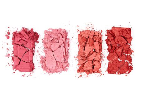Colorido Paleta De Rubor Triturado Sobre Fondo Blanco. Ciérrese para arriba de rubores presionados polvo de diversos colores. Maquillaje. Productos Cosméticos. Imagen de alta calidad.