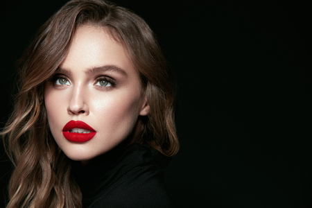Makeup Beauty Woman. Portrait Of Female With Beautiful Face. Gorgeous Young Elegant Woman With Sexy Bright Professional Facial Makeup, Red Full Lips And Wavy Hair. High Quality Image. Banque d'images