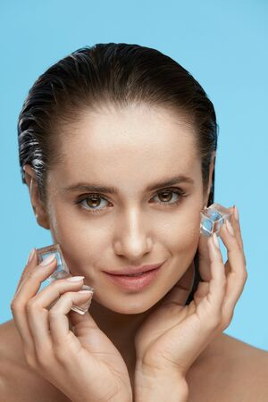 Beauty Treatment. Woman With Ice Cubes. Beautiful Girl Using Ice On Skin. High Quality Banco de Imagens