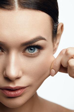 탄력있는 피부. 아름다운 얼굴과 자연 메이크업 피부를 당기는 여자. 높은 해상도. 스톡 콘텐츠