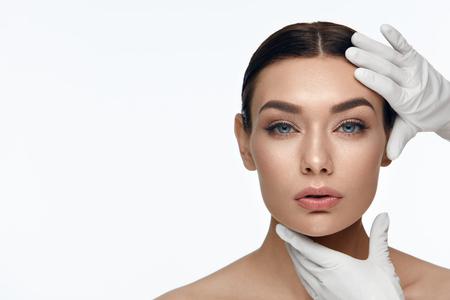 Schoonheid gezicht huidverzorging. Mooi Vrouwengezicht vóór Verrichting Kosmetische Behandeling op Witte Achtergrond. Hoge resolutie.