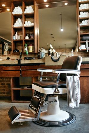 Barber Shop Interior. Men Beauty Hair Salon With Antique Chair, Mirror And Salon Sink. High Resolution Archivio Fotografico - 106371772