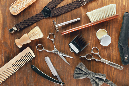 Barber Equipment And Tools On Wood Table. Close Up Of Hairdresser Supplies On Desk At Barber Shop. High Resolution Standard-Bild