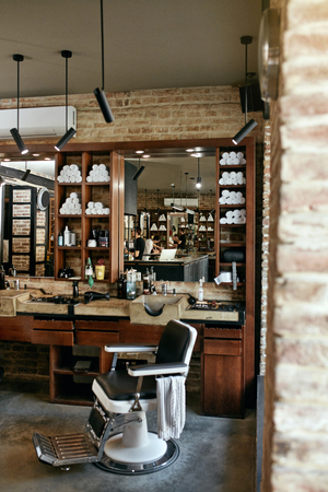 Barber Shop Interior. Men Beauty Hair Salon With Antique Chair, Mirror And Salon Sink. High Resolution Archivio Fotografico - 106371781