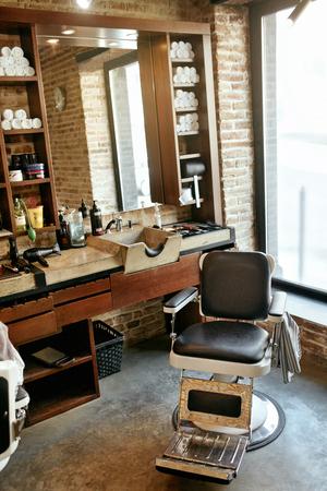 Barber Shop Interior. Men Beauty Hair Salon With Antique Chair, Mirror And Salon Sink. High Resolution Archivio Fotografico - 105284828