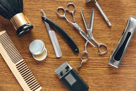 Pflegeprodukte für Männer. Barber Shop Ausrüstung und Zubehör auf Holztisch. Männer Friseursalon Werkzeuge. Hohe Auflösung Standard-Bild