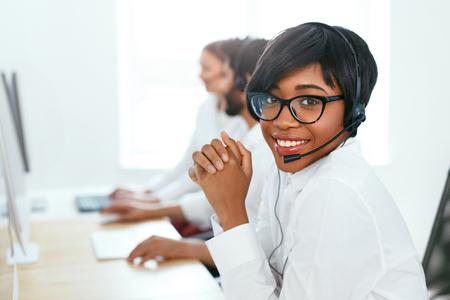 Opérateur de centre d'appels avec des collègues au travail. Femme au service des clients sur Hotline. Haute résolution