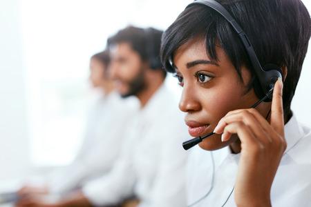 Contact Center Operator Consulting Client On Hotline. Jolie femme afro-américaine au service des clients dans le centre d'appels. Haute résolution