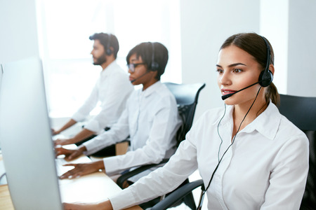 Call Center Agent �¡onsulting Client Online. Attractive Woman Working With Customer On Hotline Support. High Resolution Archivio Fotografico - 105984360