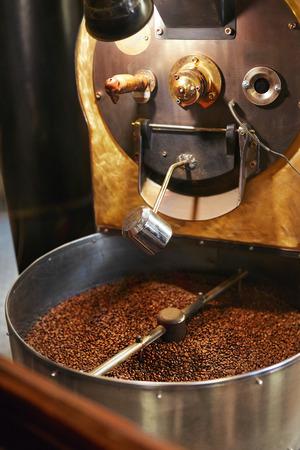 Roasting Coffee Beans In Coffee Shop Stockfoto - 106142822