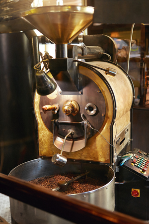Roasting Coffee Beans In Coffee Shop Stockfoto