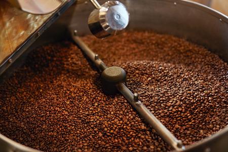 Roasting Coffee Beans In Coffee Shop Stockfoto - 106142836