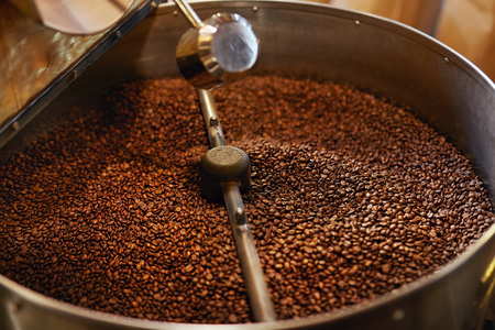 Roasting Coffee Beans In Coffee Shop Stockfoto