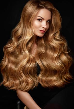 Longs cheveux blonds. Femme avec coiffure ondulée, visage de beauté