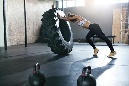 Sollevamento pesi. Allenamento Sportivo Con Ruota Crossfit In Palestra