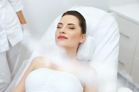 Cosmetología. Mujer en crioterapia facial con oxígeno en el centro de belleza. Tratamiento Cryo en la cara. Alta resolución