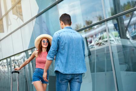 Spotkanie para po długim czasie, bieganie do siebie w pobliżu lotniska. Ludzie spotykający się po długim rozstaniu w terminalu przylotów. Wysoka rozdzielczość