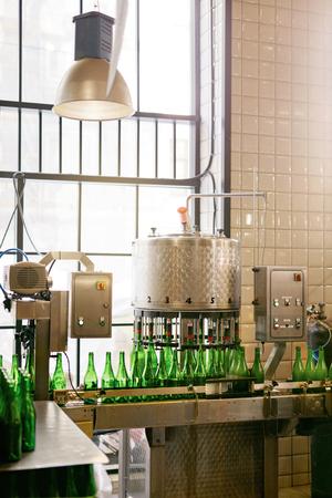 Craft Beer Herstellungsprozess auf Brauerei. Bierbrausystem auf Unternehmen. Hohe Auflösung