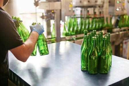 Craft Beer Brewing Produktion in der Brauerei. Destillationsflaschen für die Bierabfüllung. Hohe Auflösung