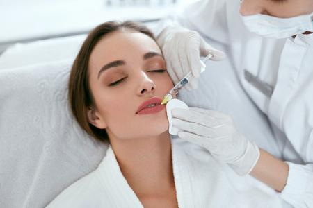 Augmentation des lèvres. Femme recevant une injection de beauté pour les lèvres, procédure de beauté du visage. Haute résolution Banque d'images