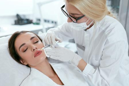 Iniezioni facciali. Estetista facendo procedura di sollevamento del viso, iniezione di bellezza presso la clinica. Alta risoluzione