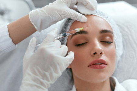 Beauty Injections. Woman On Rejuvenation Procedure In Clinic, Injection Against Forehead Wrinkles. High Resolution Stockfoto