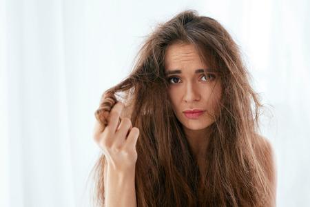 Problème de cheveux. Femme aux cheveux longs secs et abîmés, aux cheveux ébouriffés et duveteux. Haute résolution Banque d'images