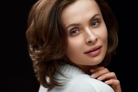 Schöne Frau mit Schönheits-Gesicht, kurzem braunem Haar und natürlichem Make-up. Porträt des Mädchens mit Bob-Haarschnitt und frischer gesunder Haut. Hohe Auflösung Standard-Bild