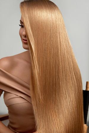 Pelo largo y rubio. Hermosa mujer con cabello lacio sano. Chica Con Cabello Rubio Brillante Natural. Alta resolución Foto de archivo