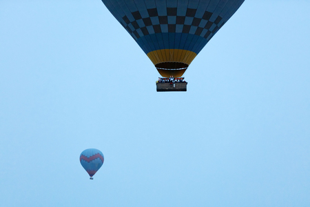 People Travel In Hot Air Balloon Basket Flying In Blue Sky. High Resolution Standard-Bild - 115069428