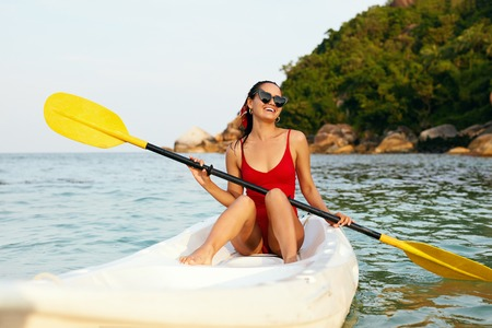 Summer Vacation. Happy Woman Traveling On Canoe In Sea. Smiling Girl Rowing In Kayak. High Resolution Foto de archivo