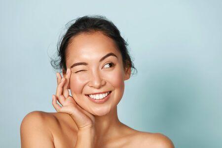 Protección de la piel. Mujer, con, belleza, cara, conmovedor, piel facial, retrato