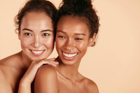 Belleza. Mujeres sonrientes con retrato de piel y maquillaje de cara perfecta