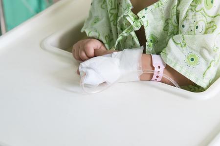 pacientes: La mano del paciente con un goteo intravenoso