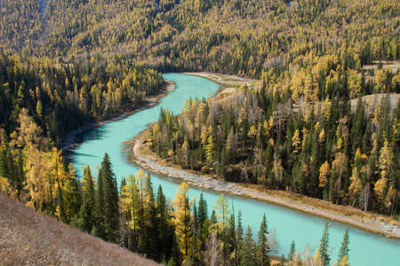 xinjiang: Kanas rivi�re � l'automne, la Chine Xinjiang paysage, Kala Si Lake Banque d'images