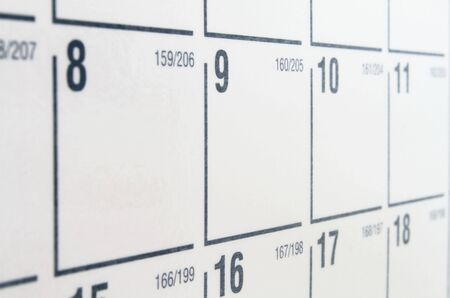 calendario: Calendario de papel blanco con n�meros negros y la cuadr�cula Foto de archivo