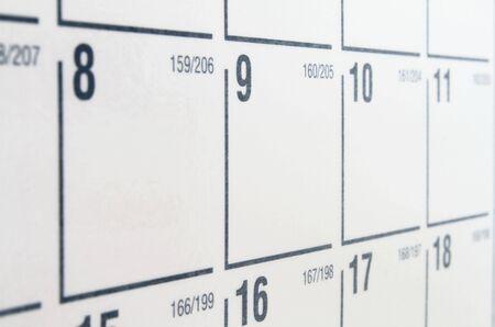 calendrier jour: Calendrier de livre blanc avec des num�ros de noir et de la grille