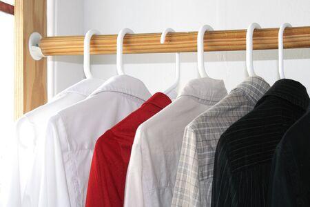 クローゼットの中にさまざまな色のシャツ 写真素材