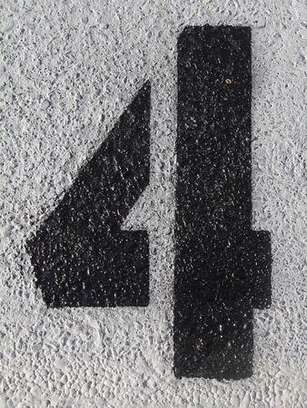 アスファルトで塗られる黒い番号 4