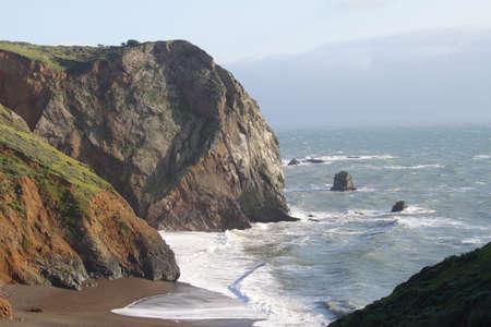 海、ビーチ、夜の光の中で海岸の崖と海の風景 写真素材
