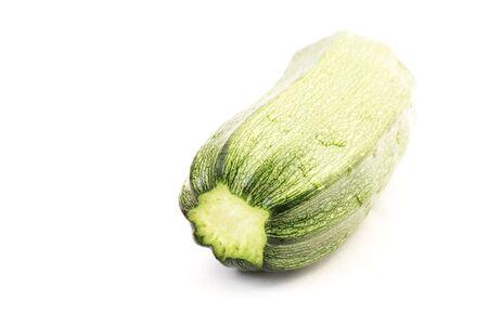 白い背景に分離された単一の緑ズッキーニ